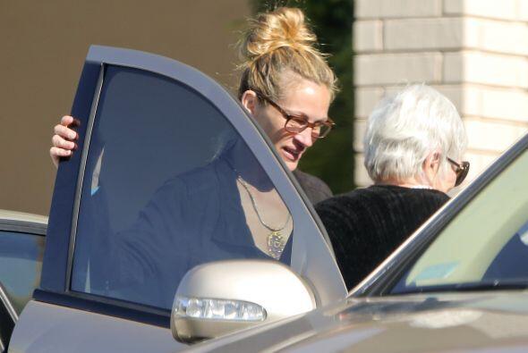 Julia la ayudó a acomodarse en el auto. Mira aquí los videos más chismosos.