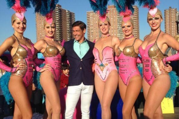 """""""Con las bellas bailarinas del circo hermanos Vásquez @helenvictoria @em..."""