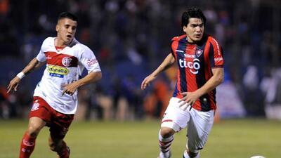 El volante paraguayo (derecha) será nuevo jugador de los Tuzos del Pachu...
