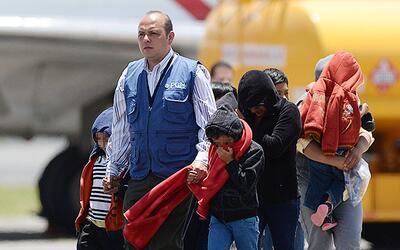 Un grupo de inmigrantes guatemaltecos deportados de Estados Unidos es re...