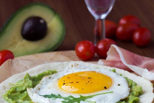 La clara de huevo es la parte que te brinda las proteínas que necesitas,...