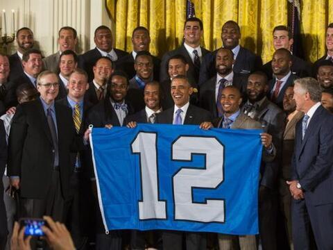 El presidente de los Estados Unidos Barack Obama, sostiene una bandera l...