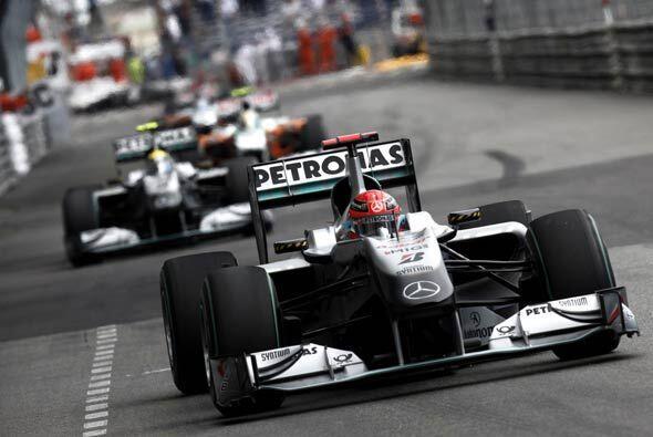 El alemán Michael Schumacher logró quedar sexto al adelantar a Fernando...