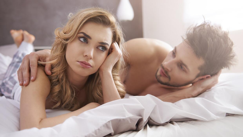 Mujer disgustada con su pareja en la cama