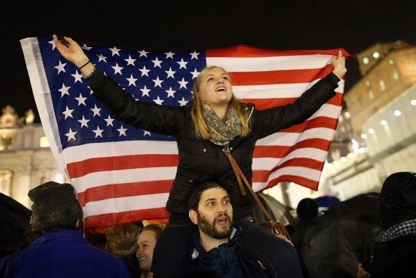 Se veían ondear banderas de todos los países en la plaza.