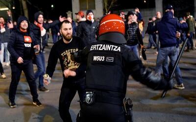 La Policía vasca tuvo que intervenir ante los disturbios.