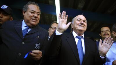 El presidente de la federación de fútbol de Nicaragua, Julio Rocha, izqu...