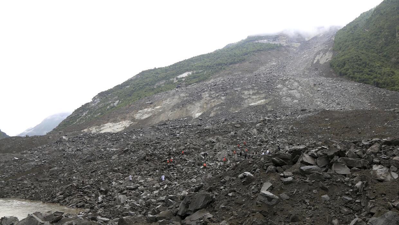Cayeron toneladas de rocas de la montaña adyacente al pueblo de Xinmo, C...