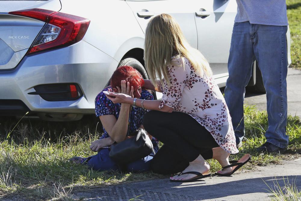 Madres desconsoladas después de la masacre en la escuela Marjory Stonema...