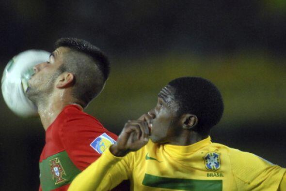 Sergio Oliveira le roba un beso al balón y al brasielño Negueba parece q...