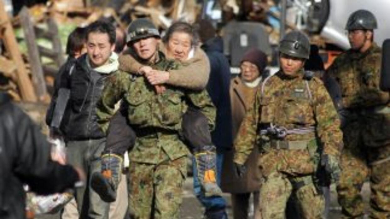 Soldados del Ejército de Japón llevan a cabo operaciones masivas de resc...