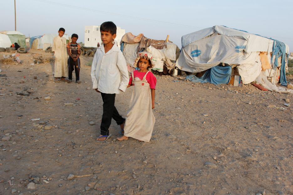 Yemen: Niños en un campo de desplazados en al-Jarahi, al sur de la ciuda...