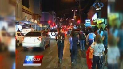 Chilenos inundan las calles buscando lugar seguro por alerta de tsunami