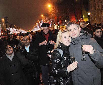 Ciudad Luz. Miles de parisinos se dieron cita en los Campos Eliseos para...