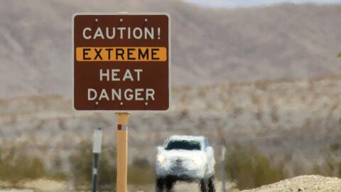 Residentes del sur de California continúan bajo el embate de una ola de...