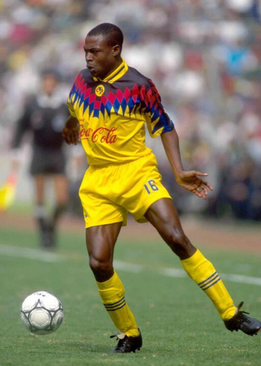 Kalusha Bwalya (Zambia) de 1994 al 2000 –con 6 meses en Emiratos Árabes–...