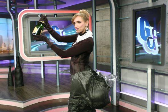 La Flaca trató de posar como lo hizo Kim Kardashian, con una copa sobre...