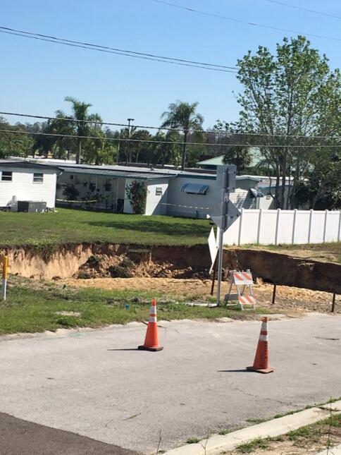 Un socavón de unos 60 pies de ancho se abrió este miércoles en la mañana...