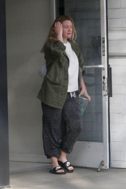 Drew salió a la calle con nadita de glamour.