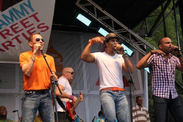 Los Rosario en El Latin Grammy® Street Party 18d34dcc5a394e649f730f7adbd...