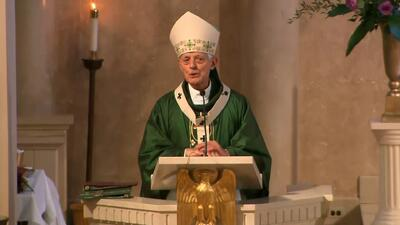 """""""¡Debes avergonzarte!"""": interrumpen la misa del cardenal de Washington mientras hablaba de abusos a niños en la iglesia"""
