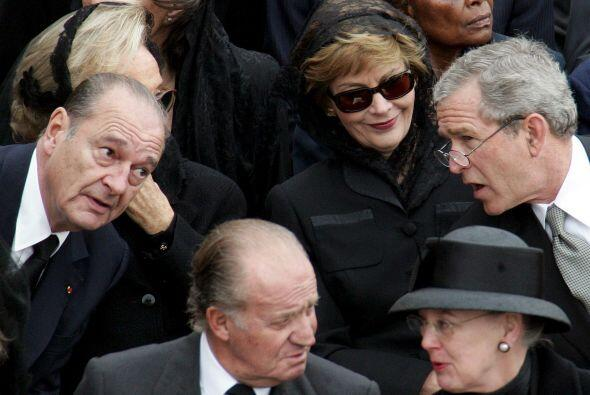 El expresidente de EEUU, George W. Bush (d), charla con su homólogo fran...