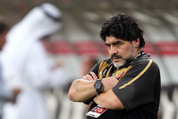 La cara de preocupación de Maradona lo dice todo. Ahora tendr&aac...
