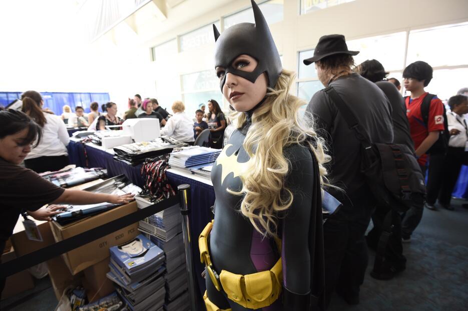 Jessica Chancellor espera en la línea de la Comic-Con disfrazada de Batg...