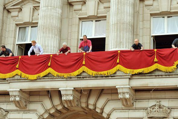 Se retocan los últimos detalles en uno de los balcones del Palacio de Bu...