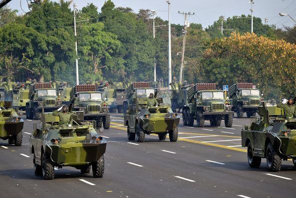 Camiones blindados pintados de verde olivo, cañones, tanques y hasta una...