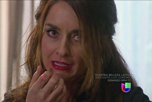Roberta terminó con labial rojo por todos lados.