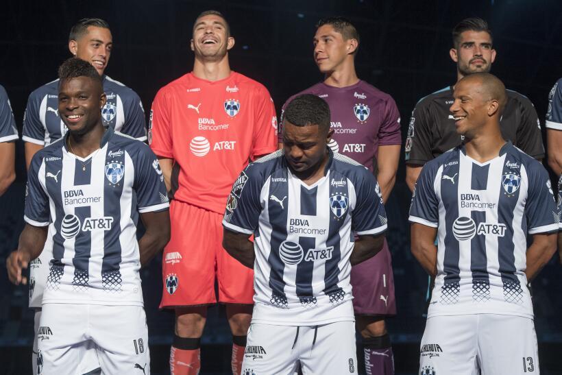 Chivas y Cruz Azul presentan uniformes elegantes para el Apertura 2017 2...