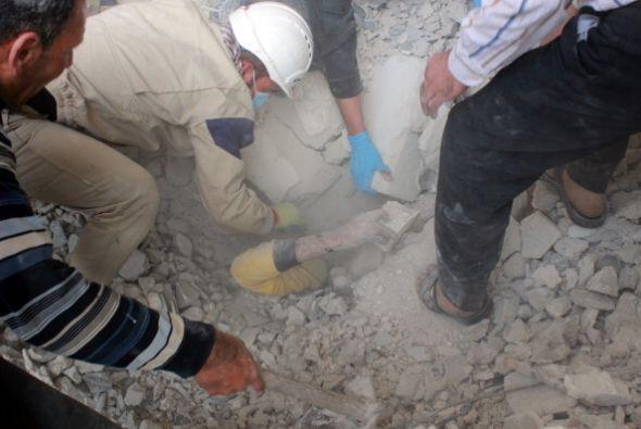 Los equipos de emergencia rescatan a un hombre enterrado bajo los escomb...