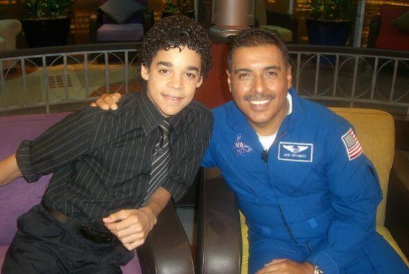 David Álvarez es el hispano más joven en ganarse el premio Tony por pers...