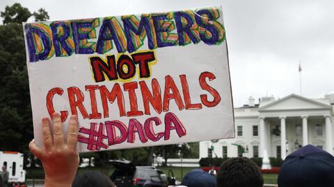 Al acabar con DACA la administración crearía un camino con...