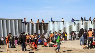 Tensa situación en Tijuana luego de que varios migrantes de la caravana treparan el muro fronterizo
