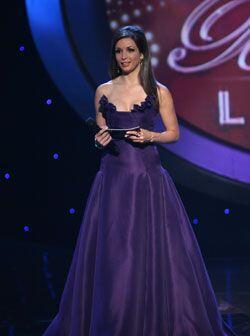 Este vestido morado strapless es del diseñador Angel Sánchez.