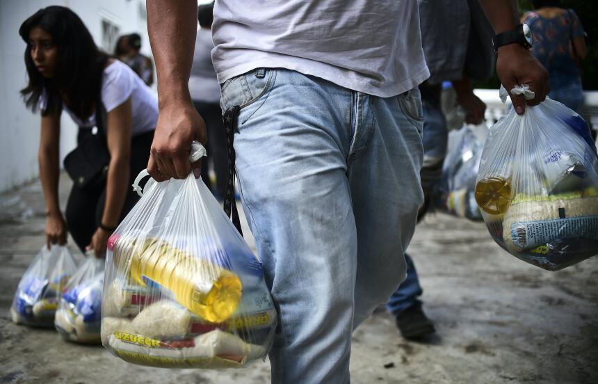 El expresidente socialista Hugo Chávez estableció una cadena de tiendas,...