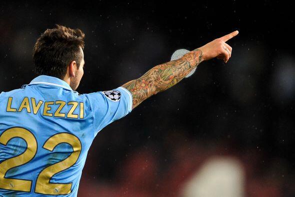 El argentin Ezequiel Lavezzi mandó a las redes la pelota para el...