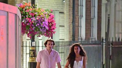 Malia Obama se pasea con su novio luciendo un mini vestido blanco (y botas Doctor Martens)