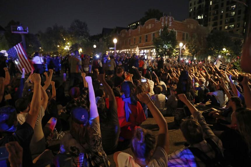 Durante la protesta, muchos se sentaron en el suelo en una señal de paz...