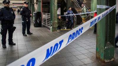 Las autoridades indicaron que el hombre cayó a unos 20 pies de al...