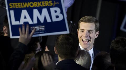 El demócrata Conor Lamb, en un encuentro con simpatizantes la noc...