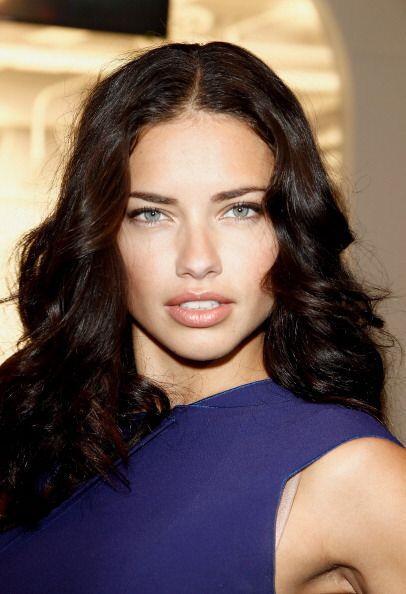 Adriana Lima sabe que todos envidian sus gruesos labios y por eso los cu...