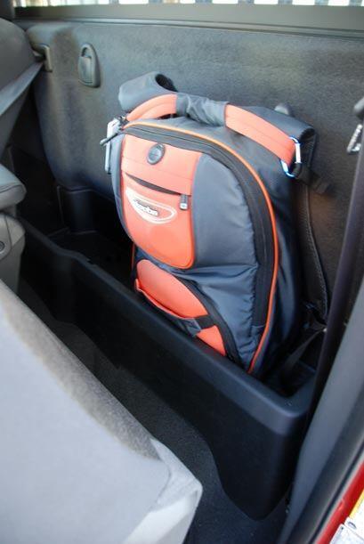 En su interior cuenta con muchos compartimentos para guardar objetos de...