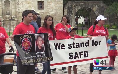 Realizan marcha y vigilia para el bombero caído Scott Deem