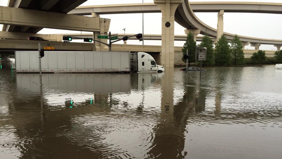 Las fuertes lluvias han dejado calles y carreteras anegadas y a 120,000...