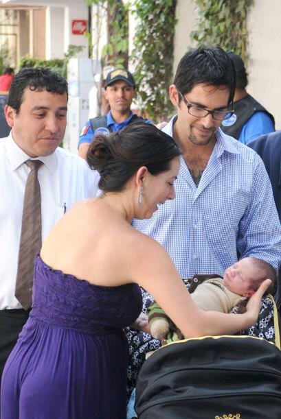 Tras dar a luz, Claudia salió del hospital con su bebé en brazos.