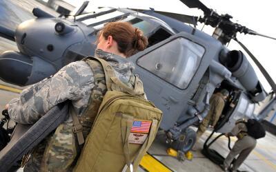 Imagen de archivo de varios militares estadounidenses junto a un helic&o...