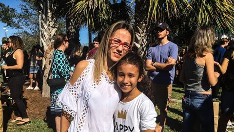 Ingrid Nolla y su hija menor en la vigilia del jueves en Pine Trails Park.